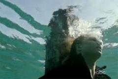 Scoop: Il creatore dello show rivela perchè Emily è legata ad un palo in mezzo all'oceano.